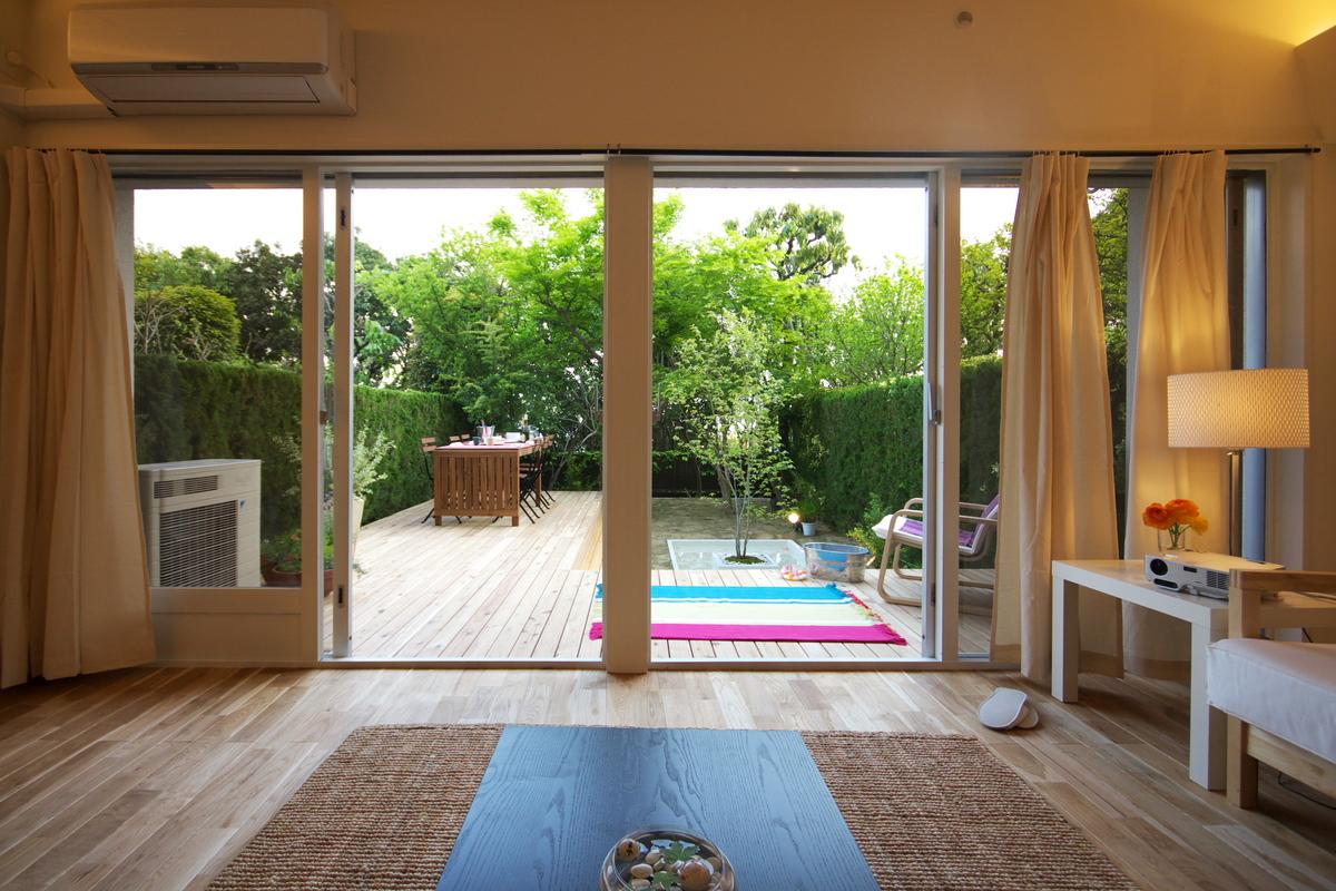 リビングから水庭を眺る家